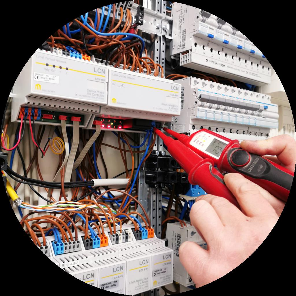 Mit einem Messgerät wird die Elektroinstallation geprüft.