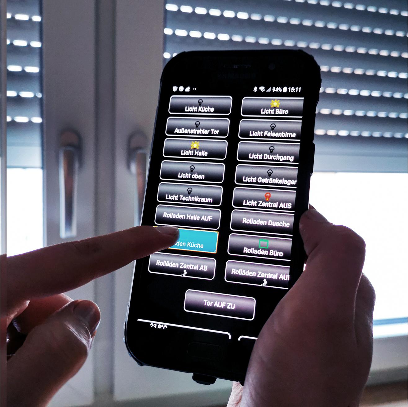 Mit einem Klick auf dem Smartphone, wird der Rolladen hoch gelassen.